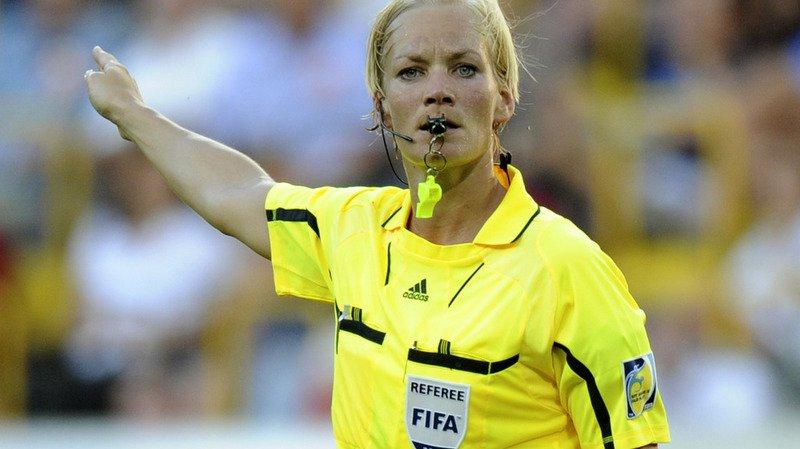 Football: une femme arbitre officiera pour la première fois dans un grand championnat européen