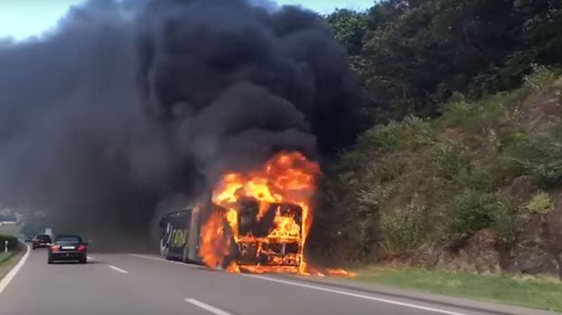 Le véhicule a été totalement détruit par les flammes.