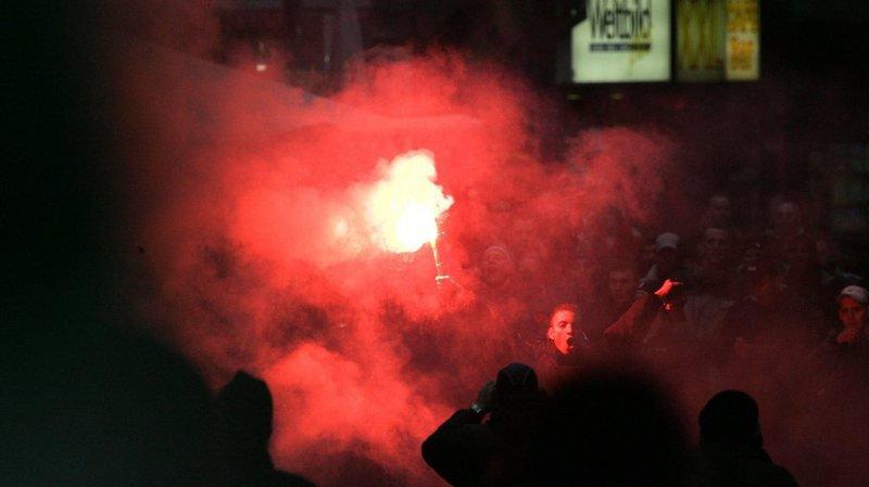 L'analyse des images de surveillance a prouvé que le prévenu, fan du club saint-gallois, avait jeté les engins explosifs et les fumigènes sur le terrain de jeu. (illustration)