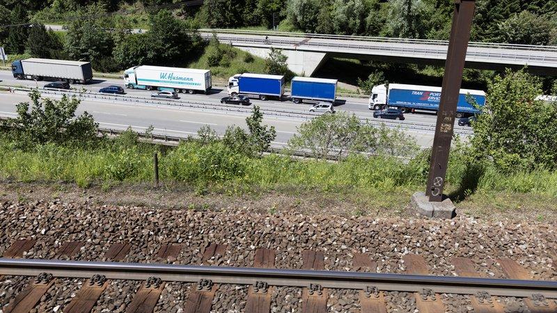 Pour l'Initiative des Alpes, le temps est parfait pour agir puisque le Conseil fédéral doit publier en novembre son rapport sur le transfert de la route au rail.