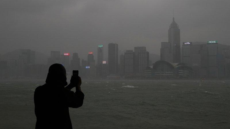 Intempéries: le typhon Hato se dirige vers Hong Kong, niveau d'alerte maximale