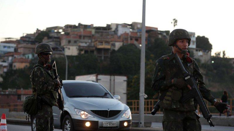 Des dizaines de policiers étaient postés à l'entrée des favelas, contrôlant les routes d'accès.