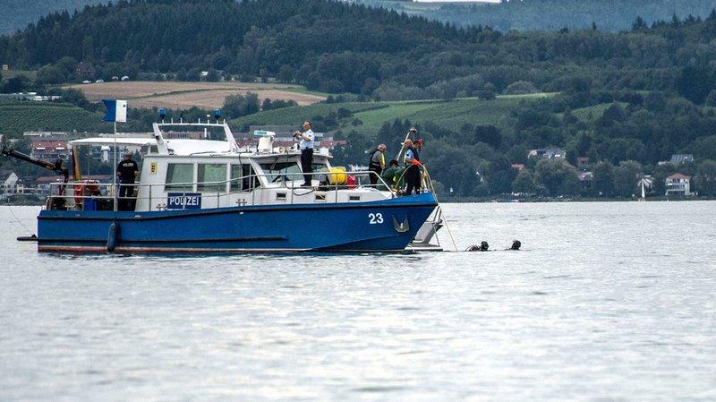 Un petit ferry a été engagé pour tenter de récupérer l'épave de l'avion.