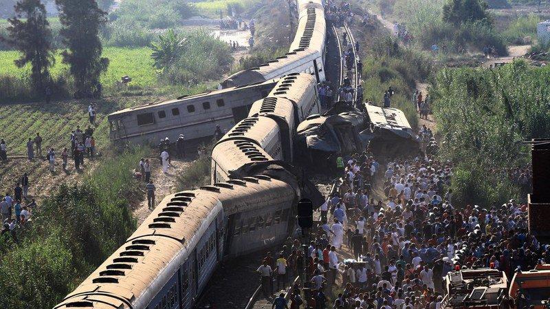 L'accident s'est produit à l'entrée d'Alexandrie, quand un train a percuté l'arrière d'un autre, arrêté sur la voie en raison vraisemblablement d'une panne.