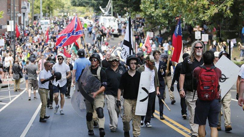 Etats-Unis: une voiture fonce dans une foule rassemblée à Charlottesville, un mort et plusieurs blessés