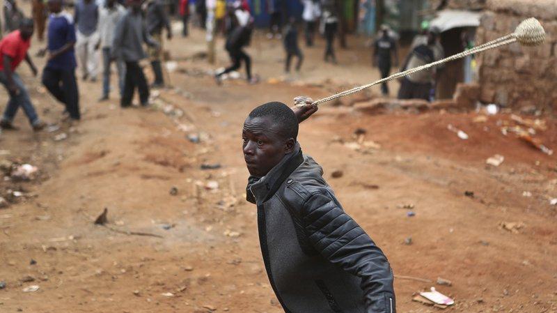 Les violences ont éclaté quand des Luo ont brûlé des échoppes de commerçants kikuyu, entraînant une bataille rangée entre les deux groupes, à coups de pierres.