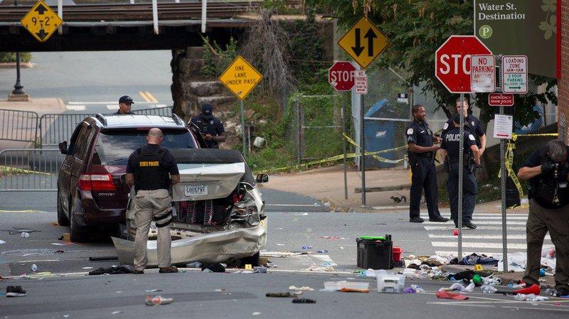 Voiture dans la foule à Charlottesville: une femme tuée