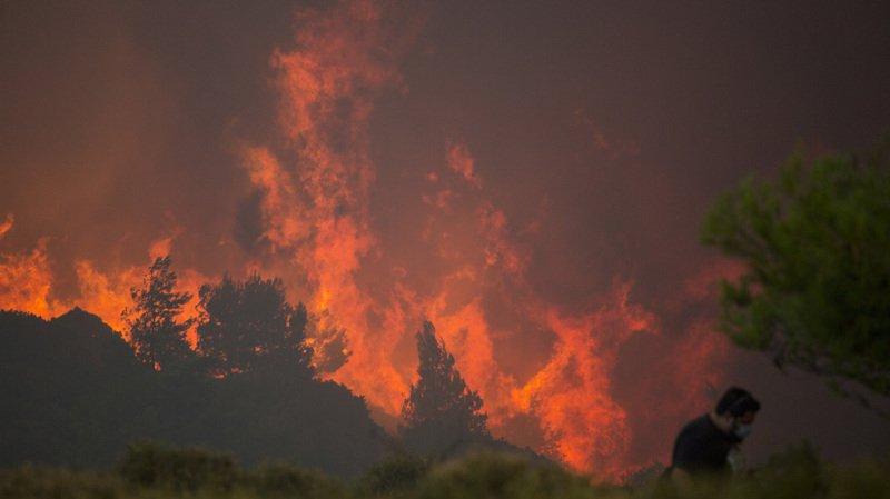 Grèce: deux nouveaux incendies ravagent le pays