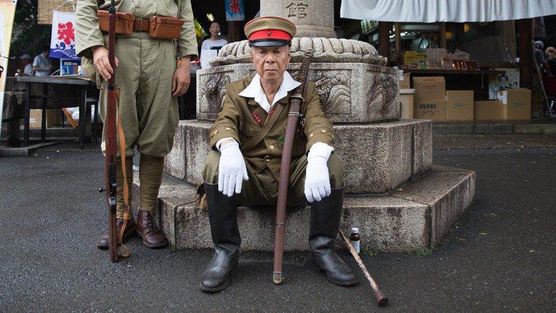 A Tokyo, des hommes en uniformes de l'armée impériale rendent hommage aux soldats japonais morts pendant la guerre du Pacifique.