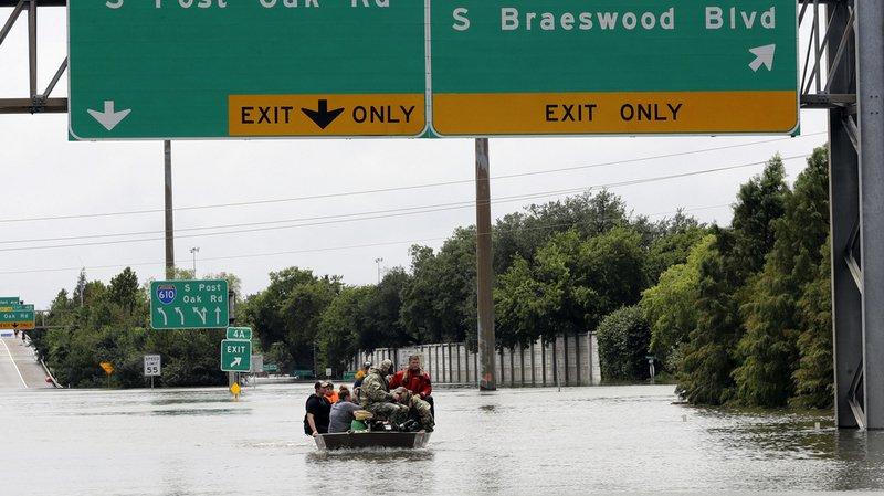 Des habitants doivent quitter leur maison submergée par les eaux.