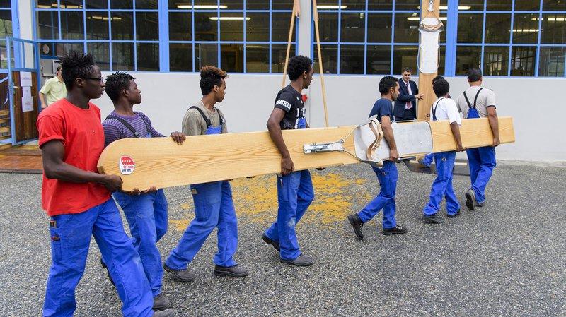 """Une paire de skis géants fabriquée par des requérants d'asile du """"Botza"""" offerte à Royal de Luxe"""