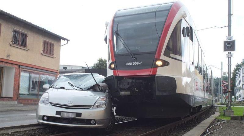 Le train a entraîné la voiture avec lui sur environ 35 mètres.