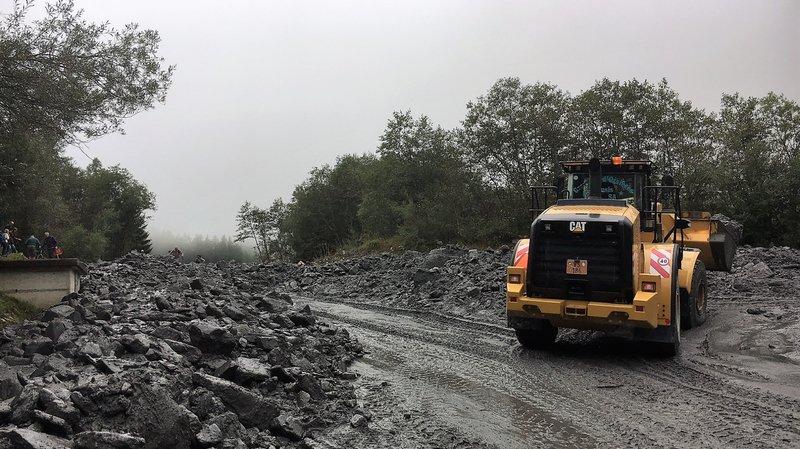 Une voie été rapidement dégagée et la route partiellement réouverte en début de soirée.