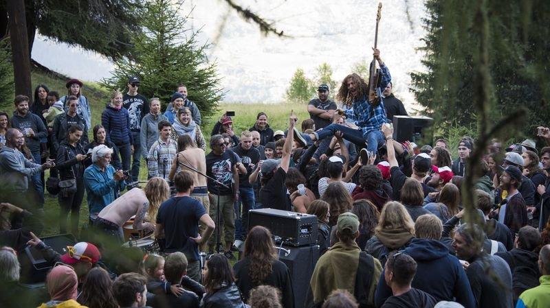 Au couvert du goly samedi 12 août, les Suédois de Truckfighters ont incité le public à les rejoindre sur scène. La folie...