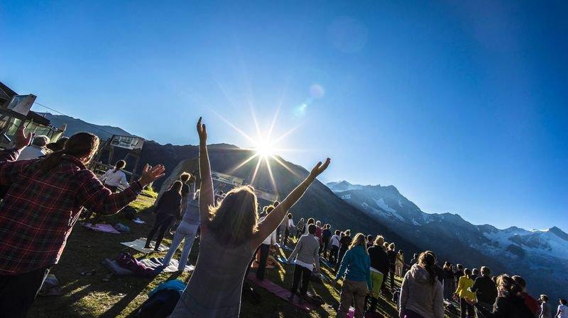 Le yoga compte autant d'adeptes que le foot: 400 yogis sont attendus à Zinal