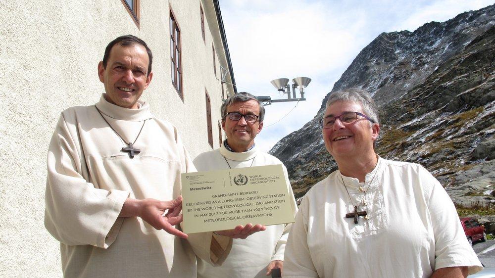 """En l'absence du prieur Jean-Michel Lonfat, les trois autres membre de la communauté de l'hospice, de g. à dr. Frédéric Gaillard, Raphaël Duchoud et Anne-Marie Maillard, ont reçu le certificat """"Station Centenaire"""" décerné par l'OMM."""