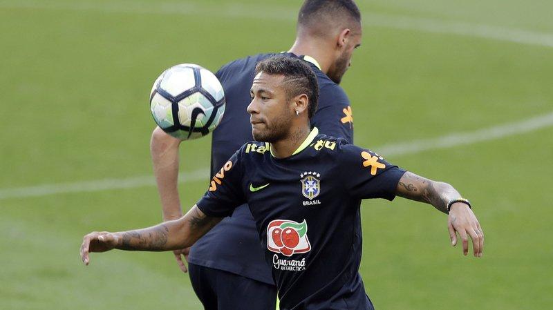 """Pour Javier Tebas, le PSG, qui s'est offert le Brésilien Neymar et le Français Kylian Mbappé lors du mercato pour un total avoisinant les 400 millions d'euros, """"se moque du système""""."""