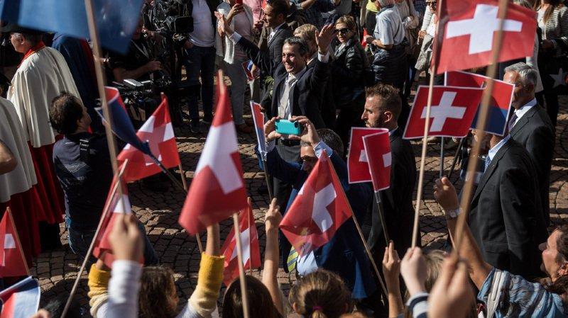 Élection d'Ignazio Cassis: bain de foule pour le nouveau conseiller fédéral à Bellinzone