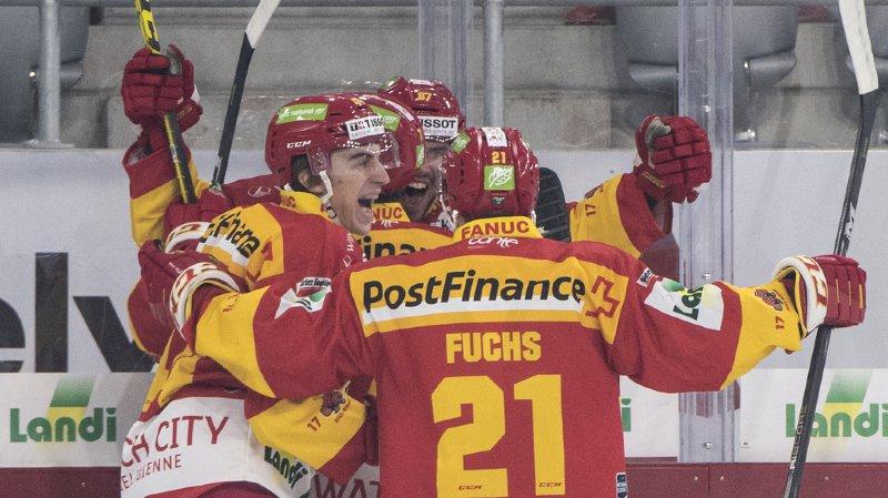 Les Biennois Samuel Kreis, Julian Schmutz, Marco Pedretti et Jason Fuchs célèbrent leur premier goal du match.
