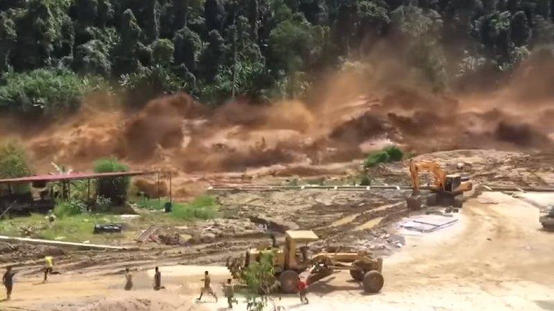 Des ouvriers en plein travail ont été surpris par l'arrivée d'une énorme coulée de boue qui a rapidement tout inondé.