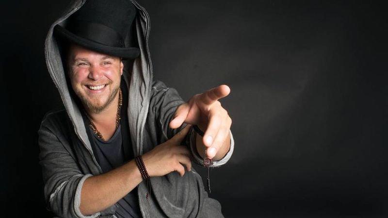 Un nouvel album et un concert anniversaire pour les dix ans de scène de Cabry, le plus valaisan des chanteurs belges.