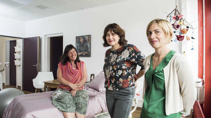 Isabelle Braïmi (au centre), la fondatrice de la maison Gaïa, et sa collègue Anne-Cécile Boulignand apprécient les nouveaux locaux. C'est dans cette ambiance cosy que Fabrizia Droz (sur le lit) a accouché de son petit garçon il y a trois semaines à peine.