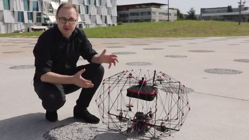 L'armature du drone se plie et se déplie en seul mouvement. Une fois aplati, l'engin a un volume réduit de 92% et peut se glisser dans un sac à dos.