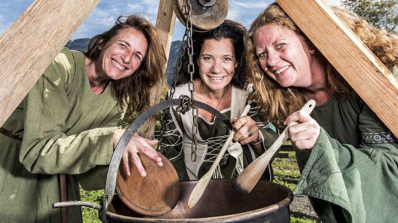 Diana, Stéphanie et Céline mitonnent des sauces d'époque pour accompagner le rôti de porc à la broche.