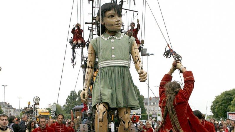 La Petite Géante débarque avec sa Grand-Mère dans les rues de Genève.
