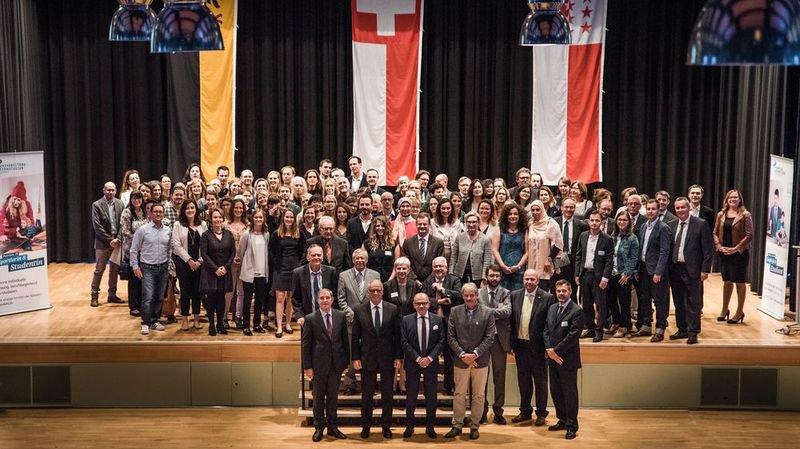 178 étudiants, jeunes et moins jeunes, francophones et germanophones, ont reçu leur diplôme de l'institution Unidistance.