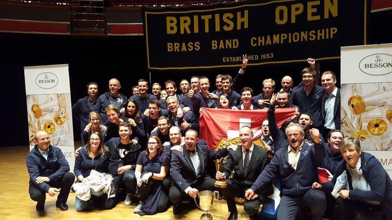 Le Valaisia Brass Band éclatant de joie sur la scène du British Open, quelques minutes après les résultats.
