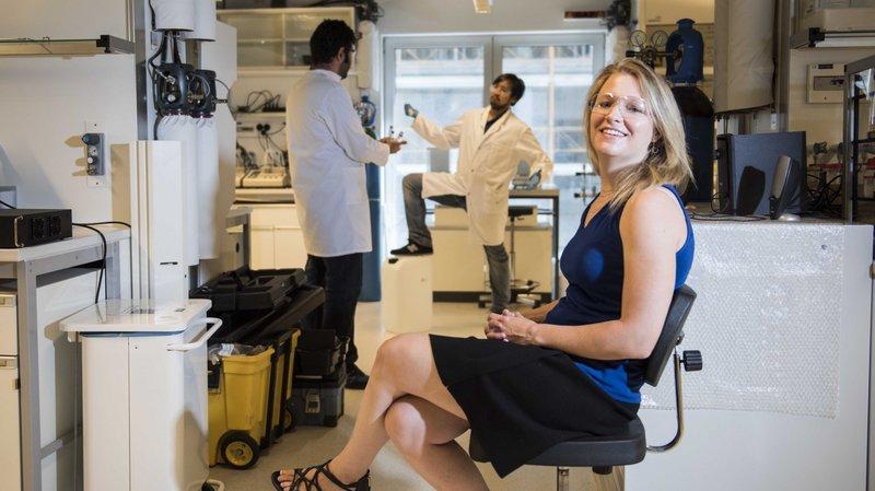 Wendy Queen, docteur en chimie issue de la prestigieuse université Berkeley, dans son laboratoire à l'EPFL de Sion.