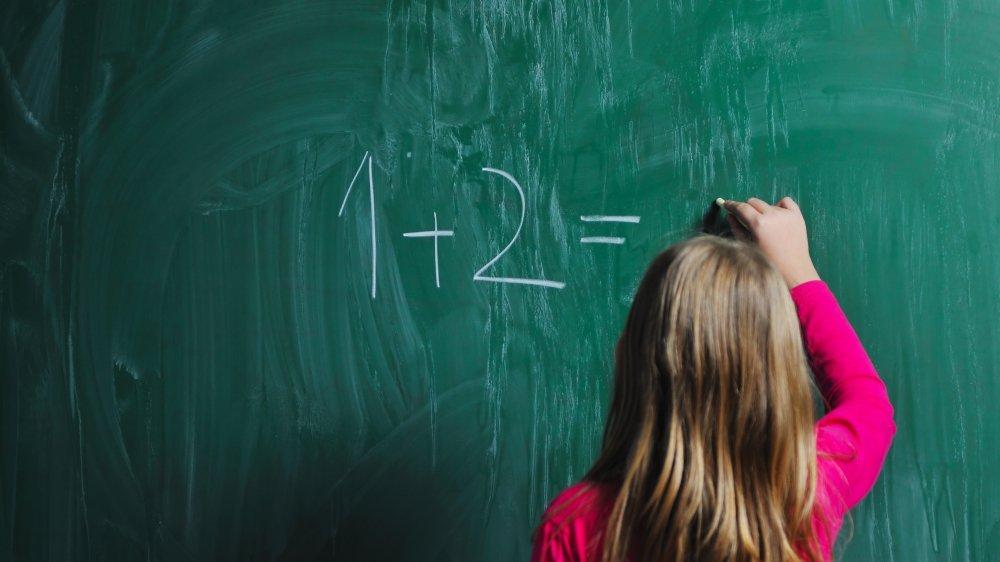 Les écoliers de 1H vont aujourd'hui 12 périodes par semaine à l'école.