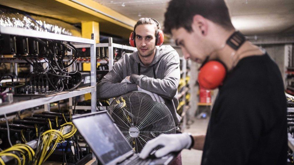 Alpin Mining, start up active notamment dans la cryptomonnaie, s'installe à Gondo pour profiter du bas coût de l'électricité. Ludovic Thomas (à gauche)  et Christophe Lillo au coeur de leur ferme de serveurs.