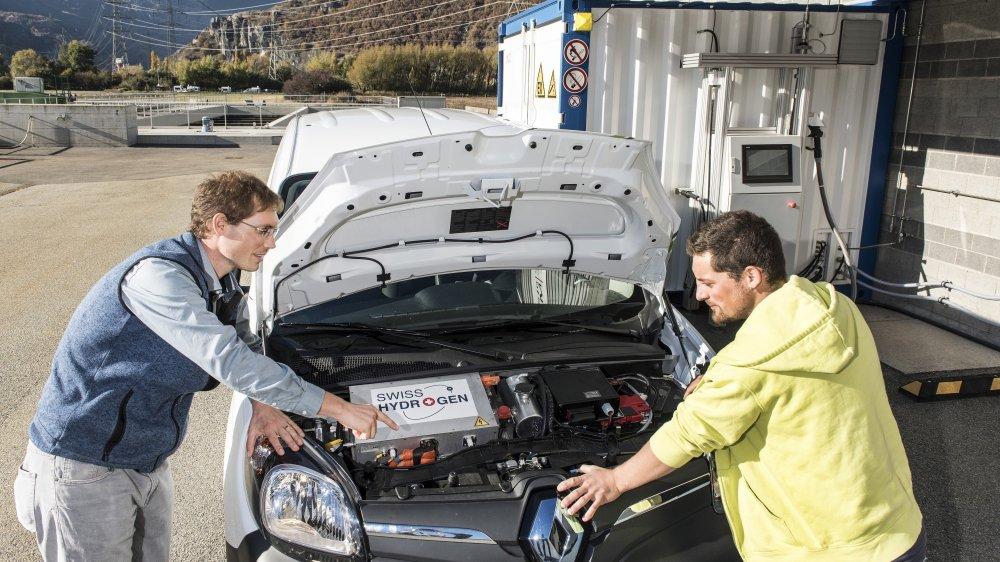 L'ingénieur Jonathan Carron (à gauche) et le technicien Nicolas Blanchet de Synergy devant le moteur de leur nouvelle voiture à hydrogène.