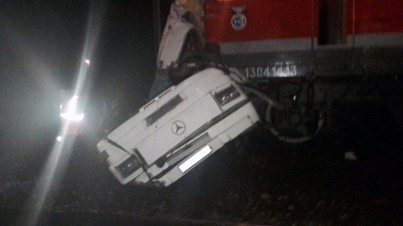 Le bus est tombé en panne alors qu'il traversait un passage à niveau.