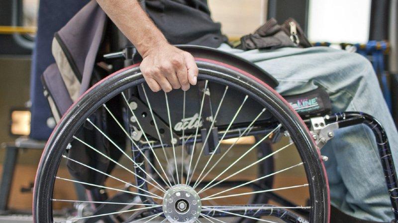 Miracle en France: il se lève de son fauteuil roulant... pour poursuivre son ami avec une hache