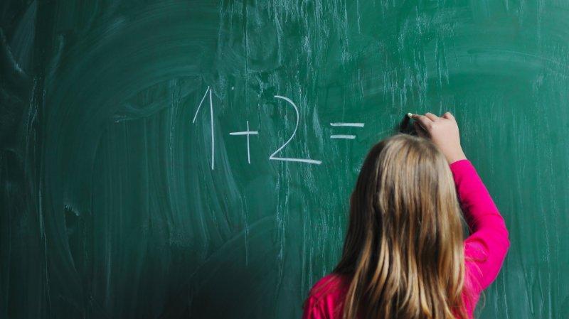 Les jeunes écoliers valaisans bientôt plus longtemps sur les bancs?