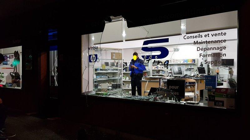 La vitrine du magasin vient de voler en éclats. La police est déjà sur place. Mais les voleurs ont filé  avant son arrivée.