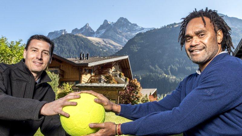 Jean-Philippe Borgeaud, président du comité d'organisation, transmet le ballon à Christian Karembeu.
