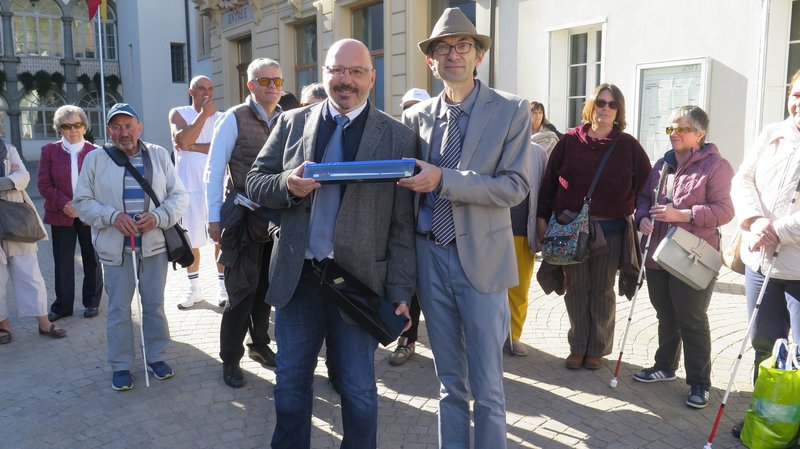 Pierre-André Perrin a symboliquement remis une canne en chocolat à l'élu municipal Pierro Vianin.