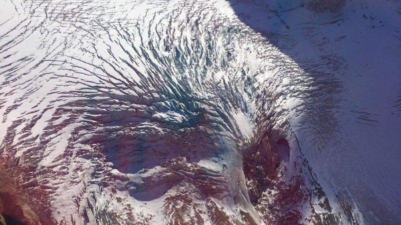 On peut deviner le visage d'un aigle sur ce glacier.