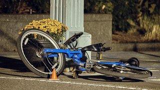 Une voiture fonce sur une piste cyclable à New York