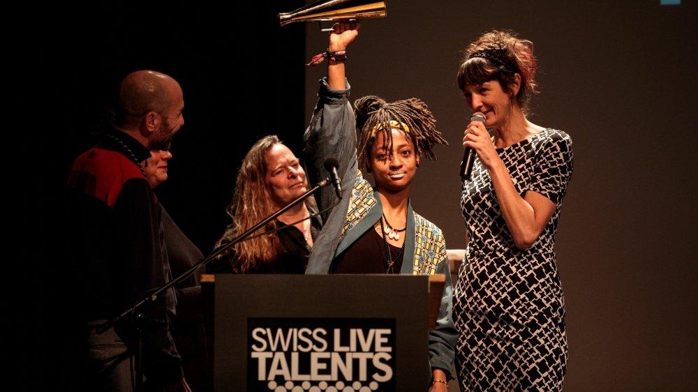 KT Gorique brandit fièrement son prix, ambassadrice d'une langue française qu'elle déclame dans un flow puissant et engagé. Véritable bête de scène,  elle y entre comme une guerrière.