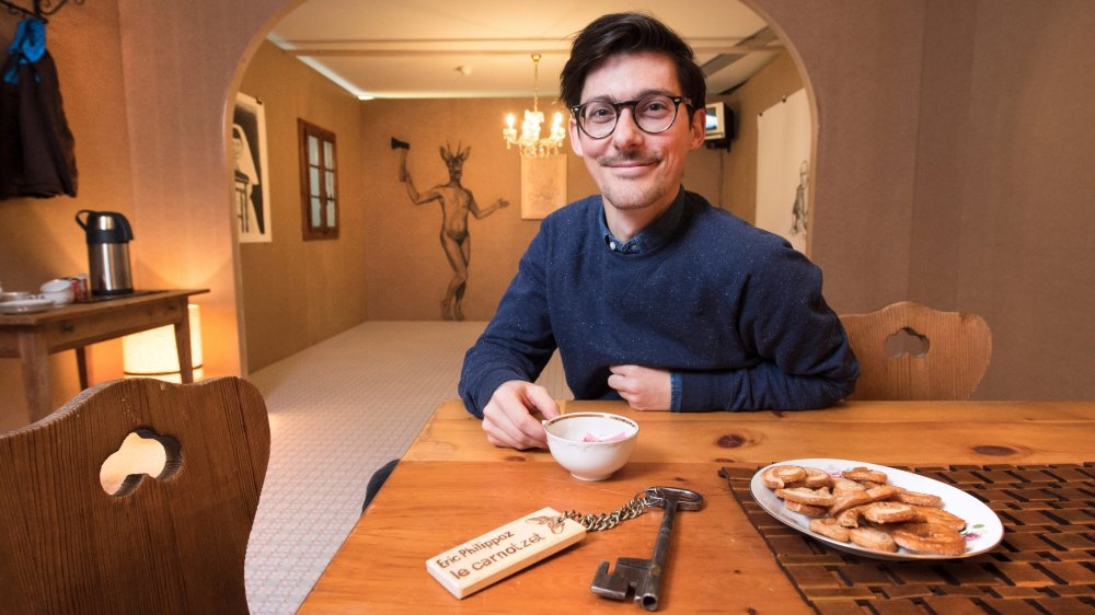Eric Philippoz aime  jouer avec les clichés et se plaît à les  détourner avec  humour, conviant différents médiums comme la vidéo,  le dessin ou  la gravure dans  son «carnotzet»  atypique.