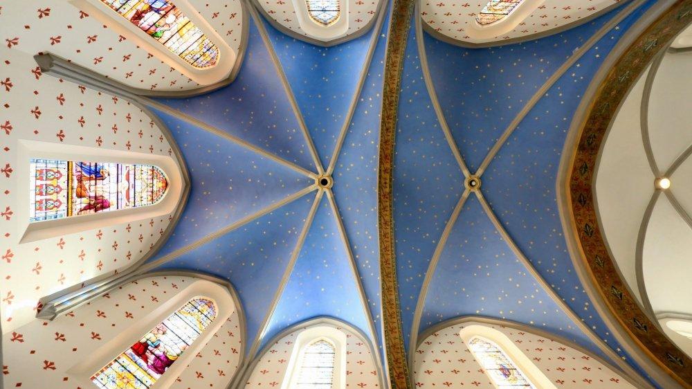 Le plafond a retrouvé son apparence d'avant 1959. Il a délaissé le beigeâtre pour un ciel bleu gorgé d'étoiles.