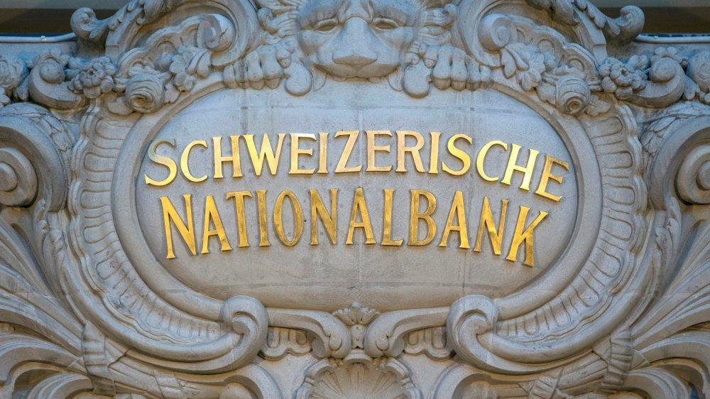 L'initiative pour une monnaie pleine fait craindre pour l'indépendance de la Banque nationale suisse, qui  devrait alors transférer la masse monétaire directement aux collectivités publiques ou aux citoyens.