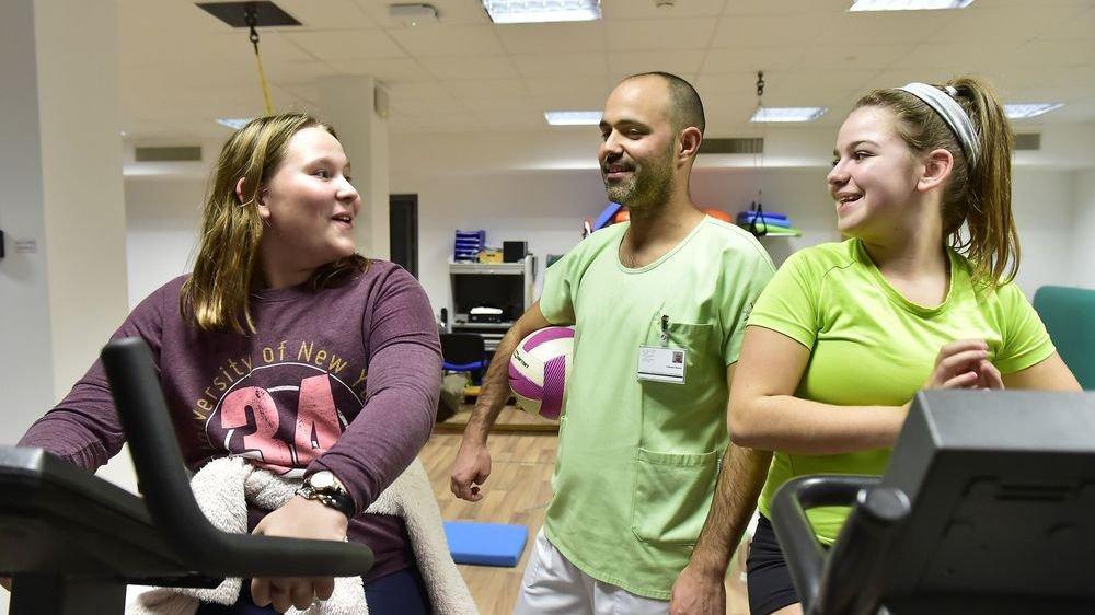 Le physiothérapeute spécialisé Valentin Reuse dispense ses premiers conseils à Julia et Noane, deux participantes du cours Contrepoids destiné à sensibiliser enfants et ados en surpoids ou obèses grâce à une partie théorique et des cours de gym.