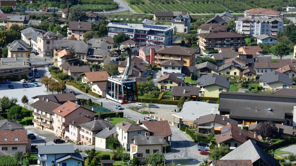 A l'image du téléphérique reliant Riddes à Isérables, la commune veut développer une installation par câble reliant la gare à La Tzoumaz. Le tracé exact est encore à définir.