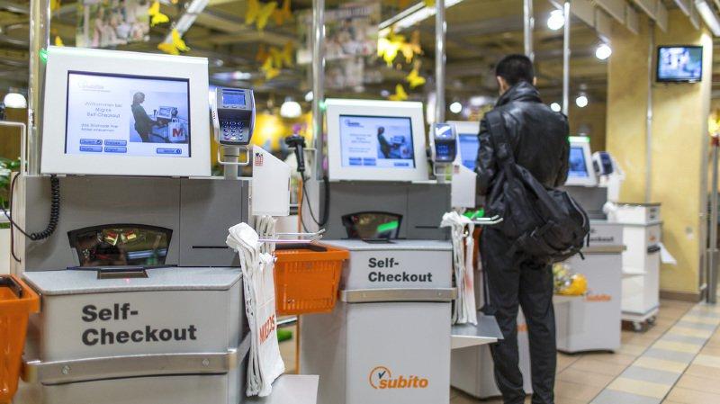 Commerce de détail: les Suisses préfèrent utiliser les caisses automatiques et leur smartphone pour payer leurs courses